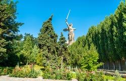Le chiamate della patria, una statua colossale su Mamayev Kurgan a Volgograd, Russia fotografia stock