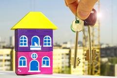 Le chiavi all'appartamento nei precedenti di una casa Fotografia Stock Libera da Diritti