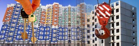 Le chiavi all'appartamento sui precedenti di cielo blu e delle nuvole Immagine Stock
