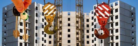 Le chiavi all'appartamento sui precedenti di cielo blu e delle nuvole Fotografia Stock Libera da Diritti