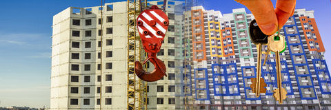 Le chiavi all'appartamento sui precedenti di cielo blu e delle nuvole Fotografie Stock