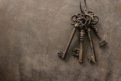 Le chiavi antiche su vecchio metallo d'acciaio strutturano il fondo Fotografie Stock
