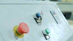 Le chiavi appendono nel pannello di controllo principale di una macchina per la lavorazione del legno moderna di CNC, primo piano video d archivio