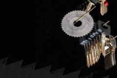 Le chiavi in bianco dell'automobile e la fresa hanno visto Fotografia Stock Libera da Diritti
