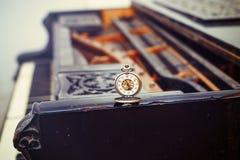 """Le chiavi d'annata del piano con il †antico dell'orologio da tasca """"cronometrano il concetto Fotografia Stock"""