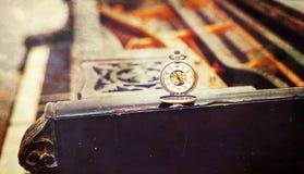 """Le chiavi d'annata del piano con il †antico dell'orologio da tasca """"cronometrano il concetto Maschera dell'annata Fotografia Stock Libera da Diritti"""