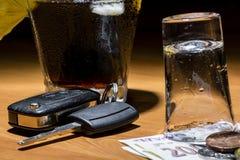 Le chiavi dell'automobile hanno messo sulla barra accanto al cocktail ed al whiskey Immagini Stock Libere da Diritti