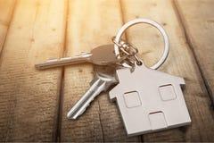 Le chiavi della Camera con la casa dipendono il fondo Immagini Stock Libere da Diritti