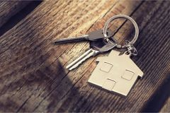 Le chiavi della Camera con la casa dipendono il fondo Fotografia Stock Libera da Diritti