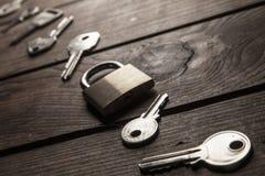 Le chiavi e fissano il fondo di legno Fotografia Stock Libera da Diritti