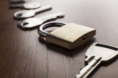 Le chiavi e fissano il fondo di legno Immagine Stock Libera da Diritti