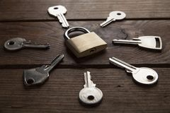 Le chiavi e fissano il fondo di legno Fotografie Stock Libere da Diritti