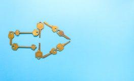 Le chiavi hanno allineato il simbolo della freccia Fotografia Stock