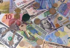 Le chiavi incassano ed il fondo astratto dei soldi delle monete Immagine Stock Libera da Diritti