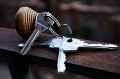 Le chiavi Mazzo di tasti Le chiavi all'appartamento Chiavi di stanza con telecomando Keychain di legno con il numero e le chiavi fotografia stock libera da diritti