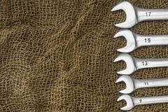 Le chiavi sono presentate sul panno marrone ruvido Vista da sopra Fotografie Stock