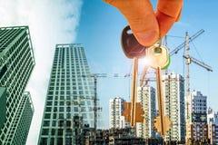 Le chiavi sui precedenti della costruzione di nuovi edifici moderni Fotografie Stock Libere da Diritti