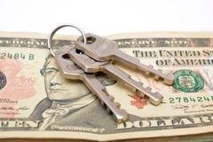 Le chiavi sulle note del dollaro si chiudono sul concetto Immagini Stock