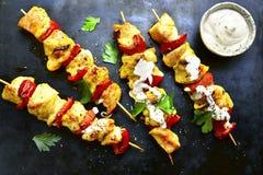 Le chiche-kebab de brochette de poulet avec le paprika et le yaourt sauce Vue supérieure Images libres de droits