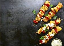 Le chiche-kebab de brochette de poulet avec le paprika et le yaourt sauce Vue supérieure Image stock