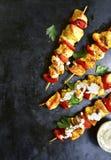 Le chiche-kebab de brochette de poulet avec le paprika et le yaourt sauce Vue supérieure Photo libre de droits