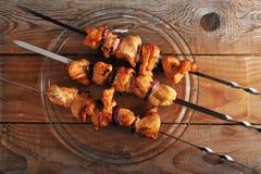 Le chiche-kebab de poulet aux oignons sur des brochettes de fer a grillé au-dessus du feu Photos libres de droits