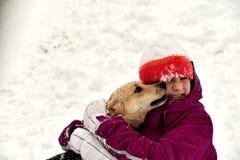 Le chien saute pour la joie à la fille et lèche son visage photos stock