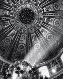 Le chiese cattoliche sono riempite di belle immagine e pitture fotografia stock