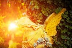 Le chiffre d'un ange dans une lueur d'or Symbole de l'amour, invisib Photos stock