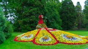 Le chiffre d'un bird& x27 ; le feu de s fait de fleurs Photo libre de droits