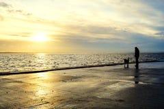 Le chiffre d'un homme sur le fond de coucher du soleil photographie stock libre de droits