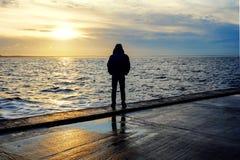 Le chiffre d'un homme sur le fond de coucher du soleil photos stock