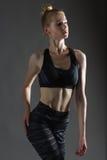 Le chiffre mince sportif parfait de belle femme blonde sexy occupé dans le yoga, l'exercice ou la forme physique, mènent le mode  Image stock