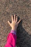 Le child& x27 ; main de s contre le mur photographie stock libre de droits