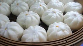 Le Chinois a cuit des petits pains à la vapeur de substance raye dans le panier en bambou Photo libre de droits