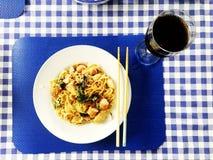 Le Chinois fait maison a fait frire des nouilles avec du vin et l'orange Photo stock