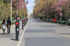 Le Chinois garde dans une rangée dans une des rues de Kunming en Chine Photo stock