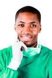 Le chirurgien aîné en vert frotte Image stock