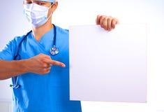 Le chirurgien dans le masque tient une plaquette Images stock