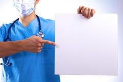 Le chirurgien dans le masque tient une plaquette Photo libre de droits