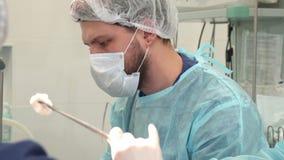 Le chirurgien regarde le moniteur photos libres de droits