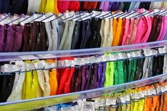 Le chiusure lampo colorate sono sistemate nelle belle file, variopinte, chiusura lampo per cucire cucito immagine stock libera da diritti