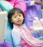 Le chlid mignon de garçon se reposent sur l'attente dentaire de chaise l'examen de dentiste sans images stock