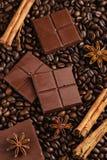 Le chocolat amer coupé avec les bâtons et l'anis de cannelle se tient le premier rôle dessus Image libre de droits