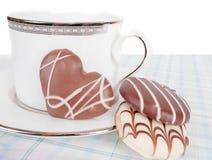 Le chocolat assortissent des biscuits avec la cuvette du té photographie stock