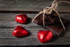 Le chocolat avec le ruban et le coeur le jour du ` s de St Valentine aiment Images libres de droits