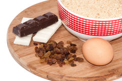 Le chocolat blanc et noir, les raisins secs, l'oeuf et le biscuit moulu durcissent Image stock
