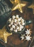 Le chocolat chaud d'hiver de Noël avec des marshmellows a servi avec la guirlande légère Images stock