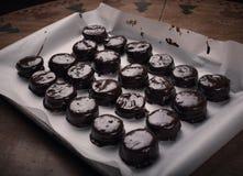 Le chocolat a couvert des biscuits de Noël Photos stock