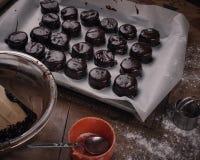 Le chocolat a couvert des biscuits de Noël Image stock